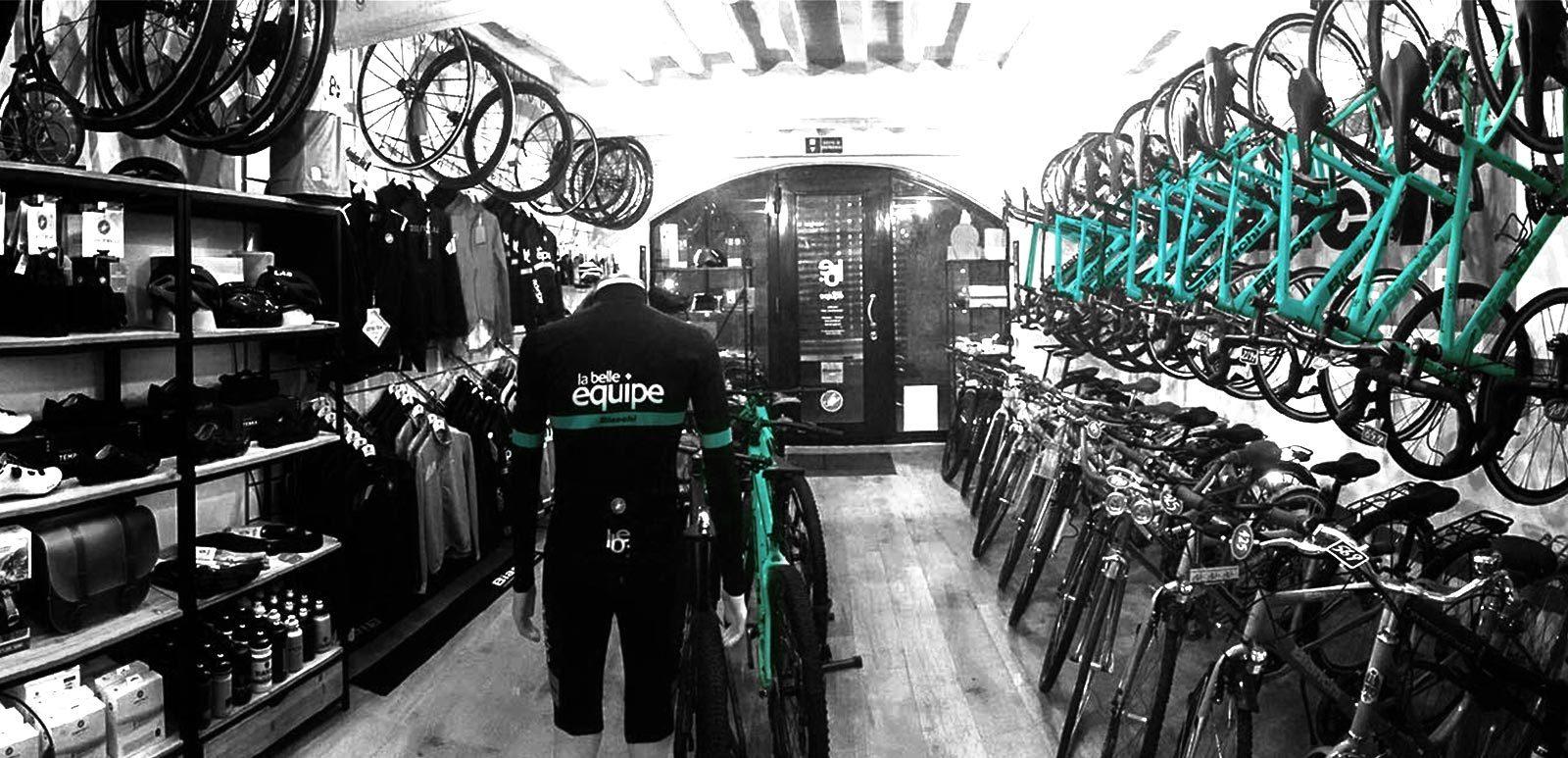 interno negozio bianchi biciclette la belle equipe